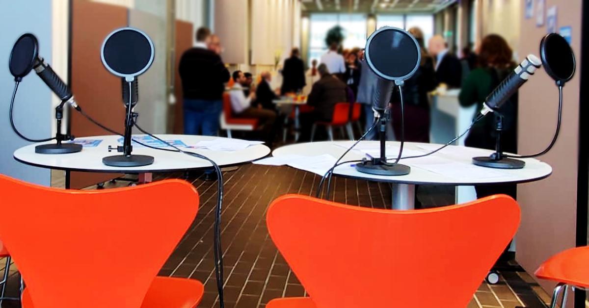 Mobiele podcaststudie met podcastapparatuur op locatie